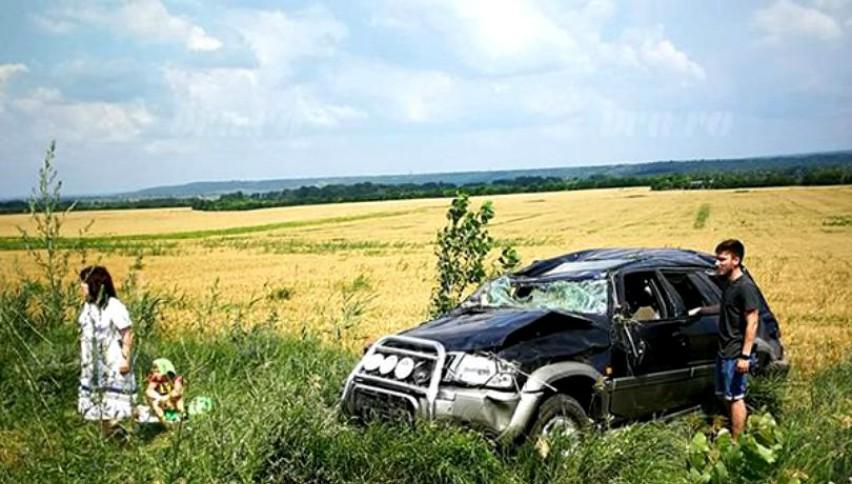 O tânără familie de moldoveni care se întorcea din străinătate, s-a răsturnat cu mașina la Albița