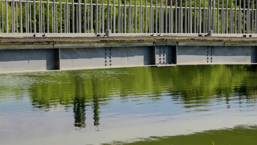 """Foto: Un tânăr a murit în drum spre spital, după ce a intrat băut în lacul din parcul ,,La izvor"""""""