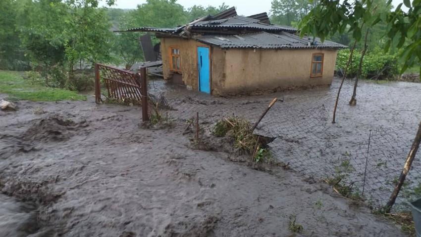 Foto: Gospodării din nordul Moldovei, înecate în ape și mâl