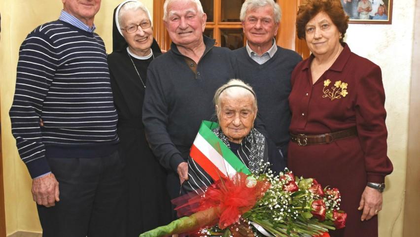 Foto: O bătrână din Italia a fost petrecută pe ultimul drum, la vârsta de 116 ani