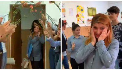 Video viral. Cum a fost surprinsă o profesoară însărcinată, de către elevii săi, la sfârșit de an