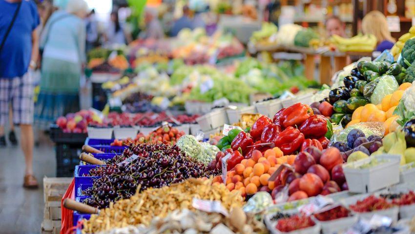 """Foto: Prețuri ,,londoneze"""" la fructe și legume în Moldova"""