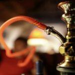 Foto: O minoră de 12 ani, surprinsă în timp ce fuma narghilea într-un local din capitală