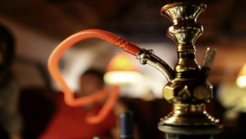 O minoră de 12 ani, surprinsă în timp ce fuma narghilea într-un local din capitală