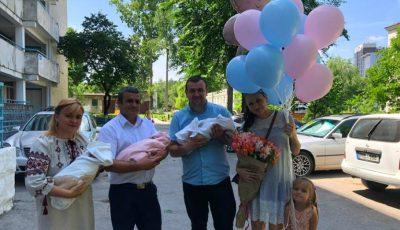 Acasă de la maternitate, cu trei bebeluși. Foto