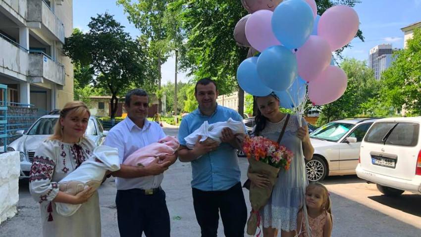 Foto: Acasă de la maternitate, cu trei bebeluși. Foto