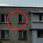 Foto: În capitală, doi copii au fost surprinși pe pervazul unei ferestre deschise de la etajul 5