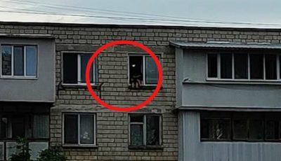 În capitală, doi copii au fost surprinși pe pervazul unei ferestre deschise de la etajul 5