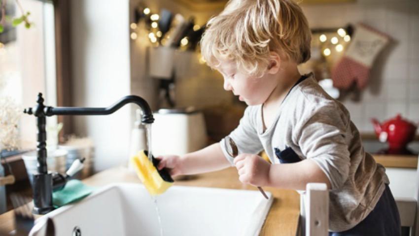 Foto: De ce ar trebui să îți lași copilul să te ajute, atunci când vrea
