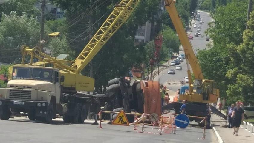 Foto: Accident pe o stradă din Capitală. Un excavator s-a răsturnat peste o mașină condusă de o șoferiță