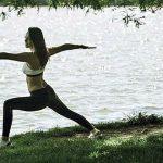 Foto: Andreea Raicu face yoga pe malul lacului