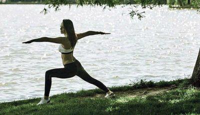 Andreea Raicu face yoga pe malul lacului