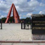 """Foto: Două coroane din bronz, furate de la intrarea în Complexul Memorial """"Eternitate"""" din Chişinău"""