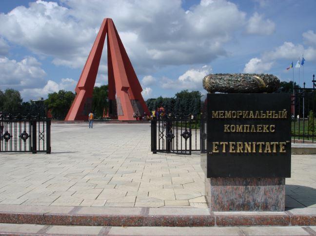 """Două coroane din bronz, furate de la intrarea în Complexul Memorial """"Eternitate"""" din Chişinău"""