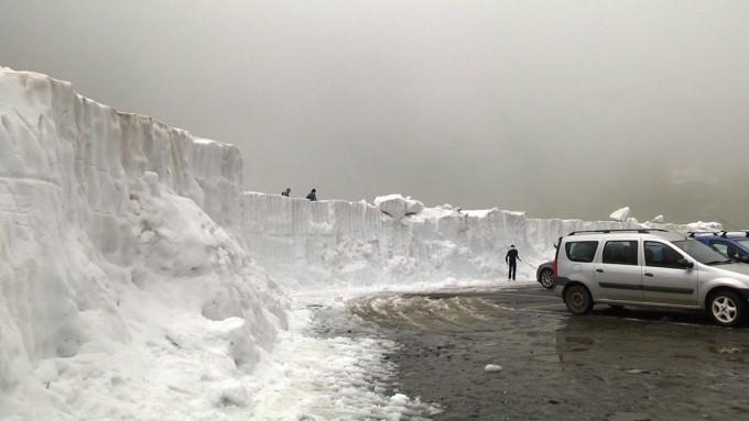 Zăpadă de peste 3 metri în România, în mijlocul verii