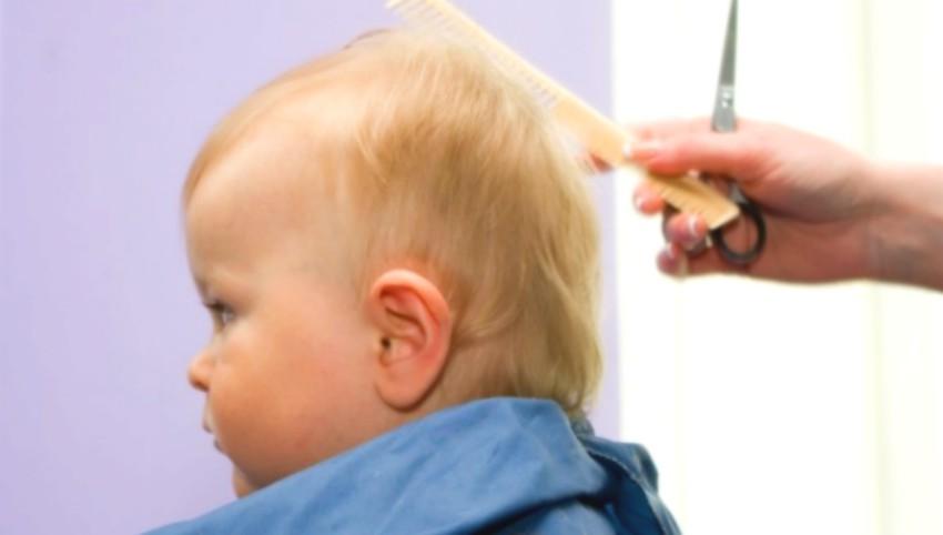 Foto: Dacă tunzi bebelușul scurt, va avea părul mai des și mai gros când va crește. Mit sau adevăr?