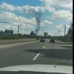 Foto: Acoperișul unui bloc de locuit, cuprins de flăcări în sectorul Botanica. Fumul gros este vizibil de la distanță