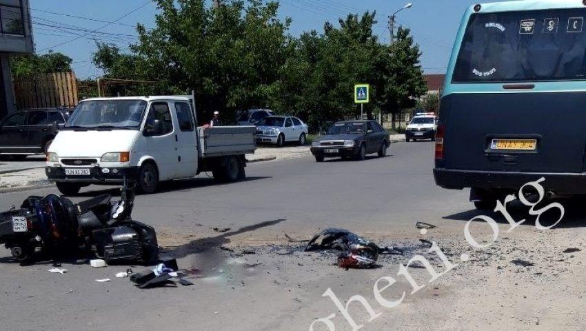 Foto: Un tânăr din Ungheni s-a stins din viață, după ce s-a ciocnit violent cu un microbuz de rută