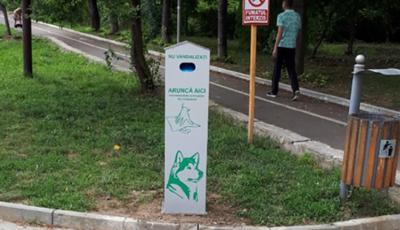 În parcurile din capitală au fost instalate containere speciale pentru animalele de companie