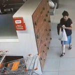 Foto: O femeie este căutată de poliție, după ce a furat o geantă din dulapul de păstrare al unui supermarket