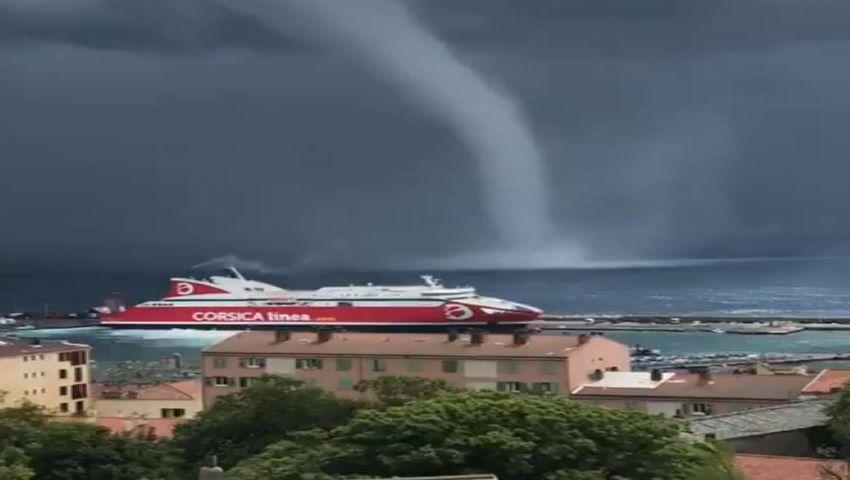 Foto: Video. Turiști înfricoșați. O tornadă s-a format în Marea Mediterană, aproape de țărm