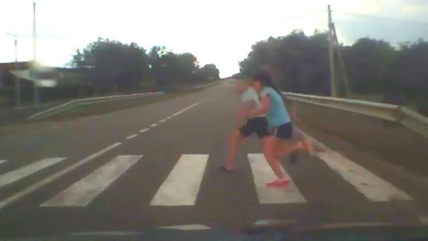 Foto: Video revoltător. Doi copii, la un pas de a fi accidentați pe trecerea de pietoni