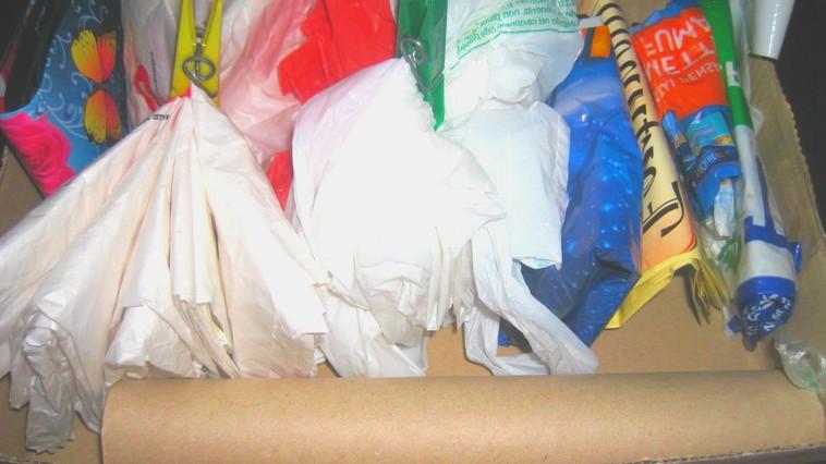 Foto: Un proiect de lege care introduce penalităţi pentru utilizarea recipientelor din plastic, a fost înregistrat la Parlament