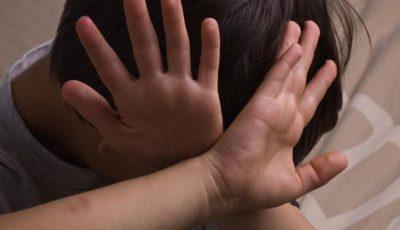 Un tată înfuriat i-a cauzat comoție gravă unui copil, pe motiv că acesta l-ar fi lovit pe fiul său cu o minge