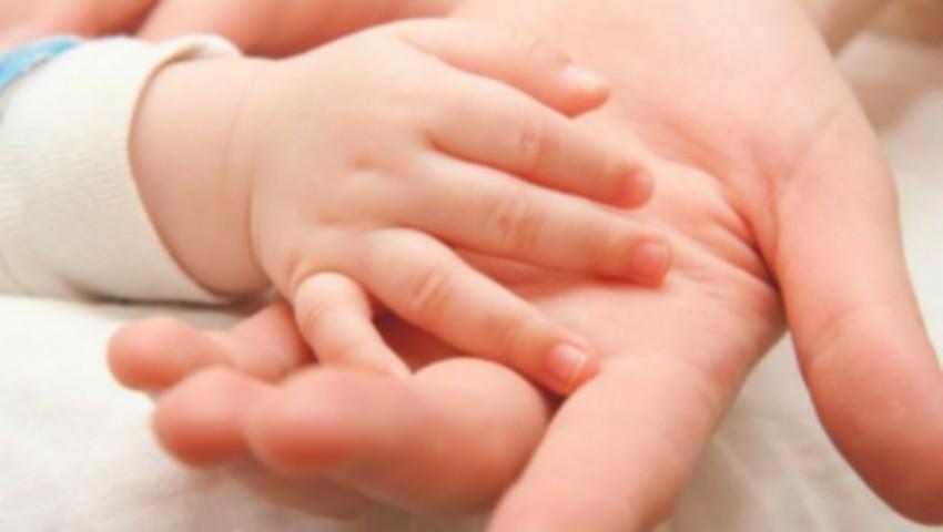 Foto: La nașterea copilului, mamele vor primi bani, în schimbul cutiei pentru nou-născuți