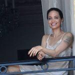 Foto: Angelina Jolie a apărut super sexy la balcon, în lenjerie de corp, și a atras toate privirile