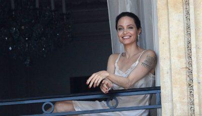 Angelina Jolie a apărut super sexy la balcon, în lenjerie de corp, și a atras toate privirile