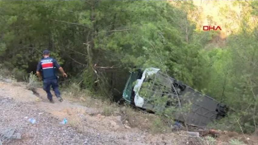 Foto: Un autocar plin cu turiști s-a răsturnat într-o râpă adâncă, în apropiere de staţiunea Kemer din Antalya. 22 de persoane au ajuns la spital