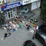 Foto: Mai mulți tineri au simulat moartea în fața Ministerului Agriculturii, Dezvoltării Regionale și Mediului