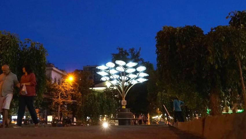 Foto: Arborii solari din Chișinău luminează orașul pe timp de noapte. Foto!