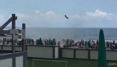 Tornadă pe o plajă din Italia. Oamenii au fugit panicați