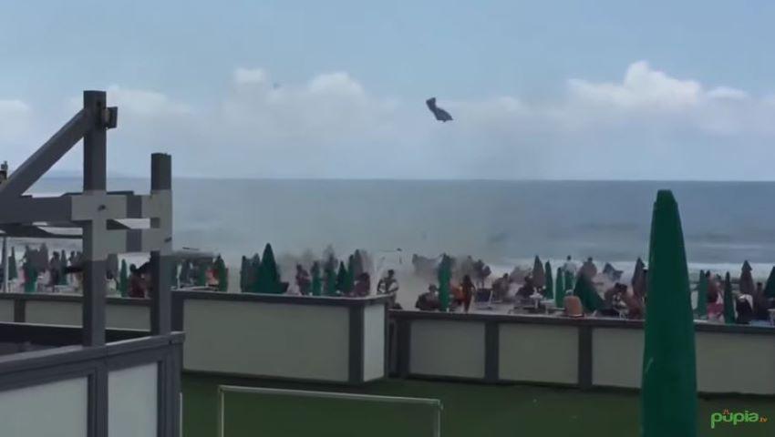 Foto: Tornadă pe o plajă din Italia. Oamenii au fugit panicați
