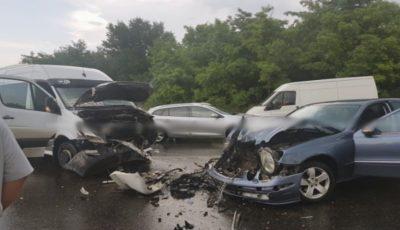 Accident violent lângă localitatea Peresecina. Un microbuz Chișinău-Ocnița a intrat în coliziune cu un autoturism. Sunt răniți