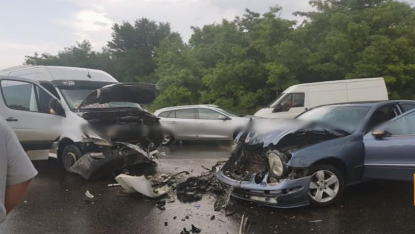 Foto: Accident violent lângă localitatea Peresecina. Un microbuz Chișinău-Ocnița a intrat în coliziune cu un autoturism. Sunt răniți