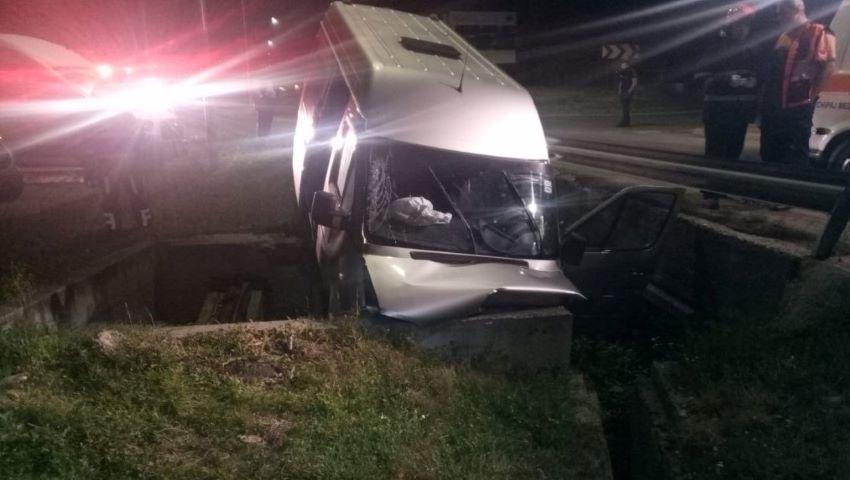Foto: Accident la Cluj Napoca. Un microbuz cu moldoveni care pleca spre Italia, a derapat într-un cap de pod