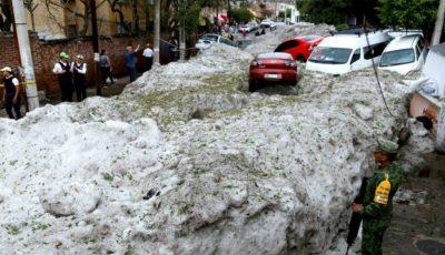 Strat de gheață de 1,5m pe străzile unui oraș mexican, după o furtună cu grindină