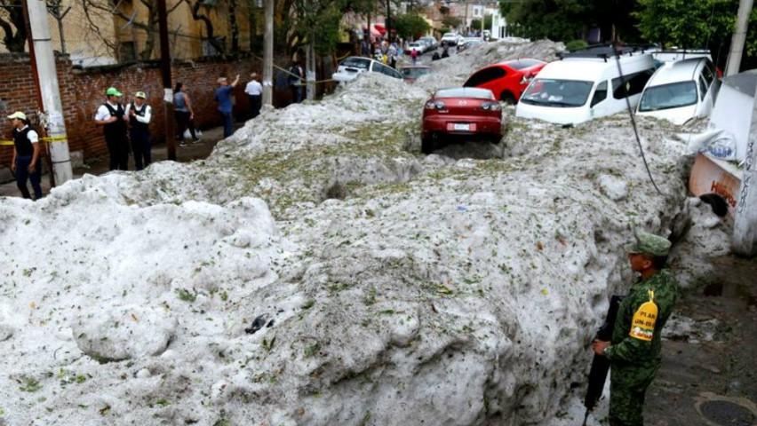 Foto: Strat de gheață de 1,5m pe străzile unui oraș mexican, după o furtună cu grindină