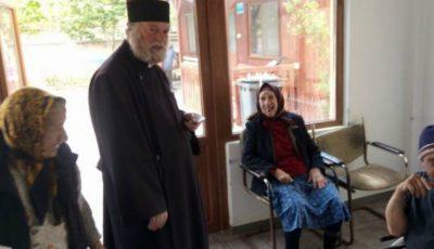 Un preot a luat în grijă 130 de bătrâni rămași singuri pe lume