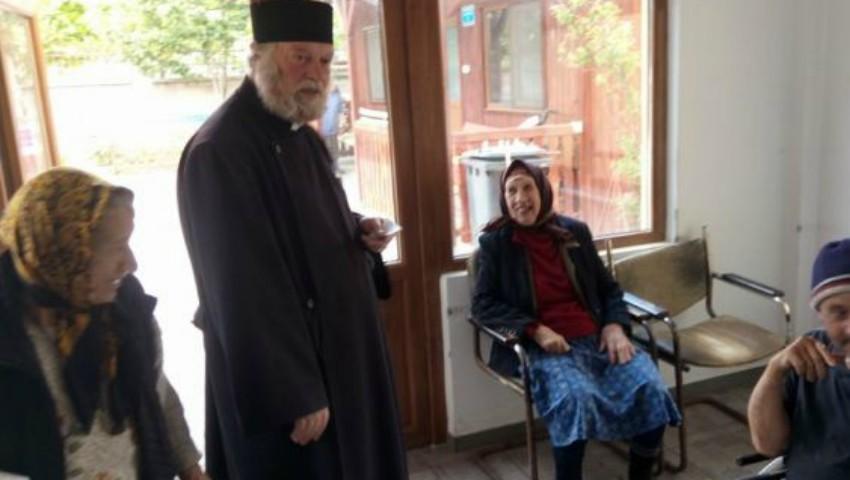 Foto: Un preot a luat în grijă 130 de bătrâni rămași singuri pe lume