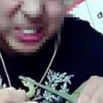 Foto: Un vlogger a murit după ce a mâncat viermi și șopârle