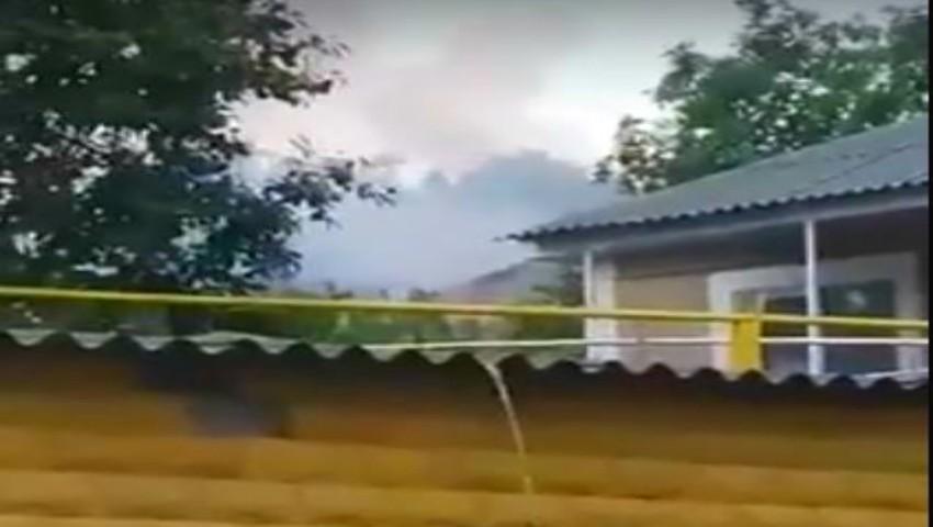 Foto: O casă din Strășeni a luat foc, după ce a fost lovită de fulger