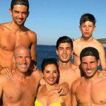 Foto: Părinții, alături de cei patru copii! Familia fotbalistului Zidane într-o poză de milioane de like-uri