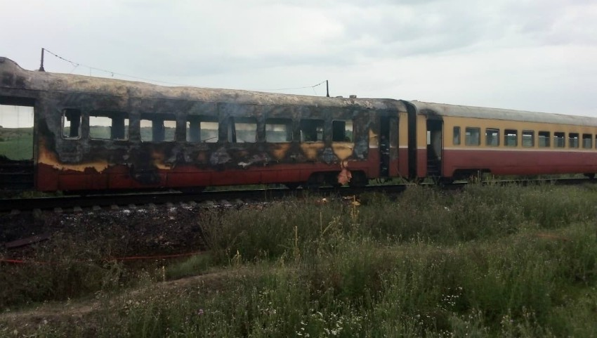 Foto: Îngrozitor! Un tren cu pasageri, de pe ruta Ungheni-Bălți, a luat foc. Vehiculul s-a făcut scrum