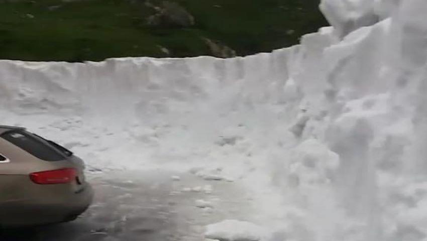 Foto: A nins din nou. Zăpadă de trei metri în România, în mijlocul lunii iulie