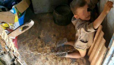 Înfiorător. Un copil de 6 ani, ținut legat cu lanțuri și bătut de tatăl său