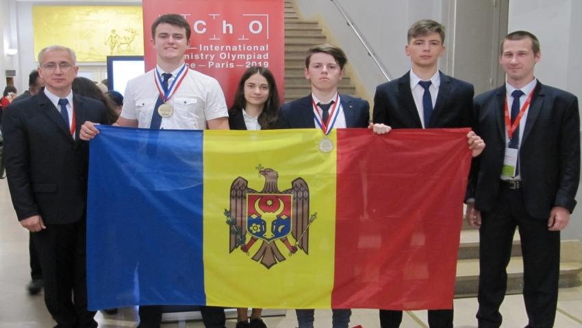 Foto: Două medalii de bronz și o mențiune de onoare pentru elevii moldoveni, la Olimpiada Internațională de Chimie desfășurată în Franța